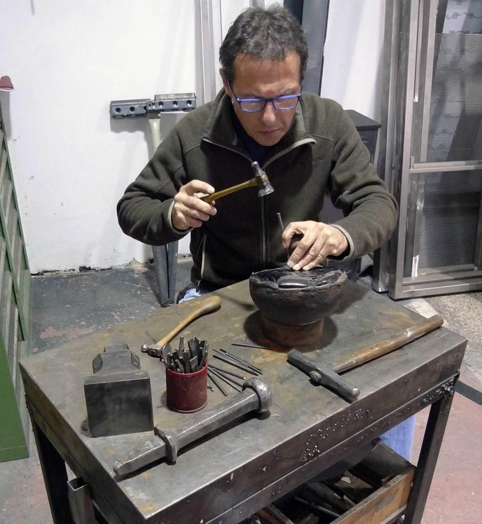 Michael Trinko beim Ziselieren in seiner Metallwerkstatt